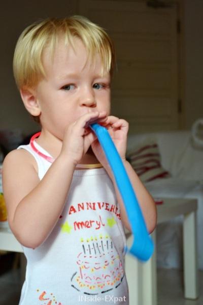 Petite garçon et son T-shirt customisé
