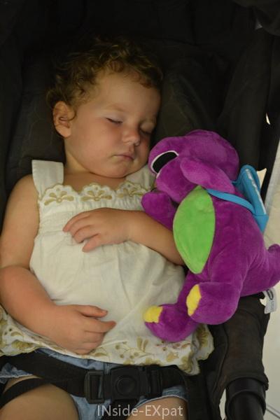 Mimi B. dort avec sa peluche Barney