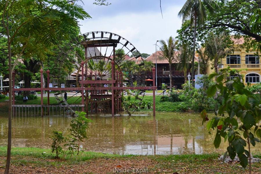 Roue à eau au bord de la rivière Siem Reap