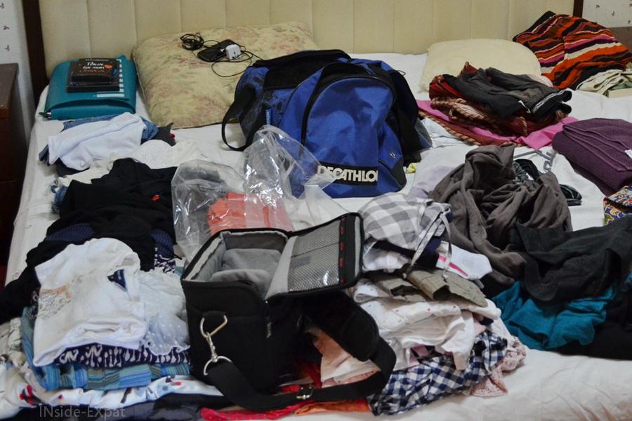 tri des vêtements pour les valises