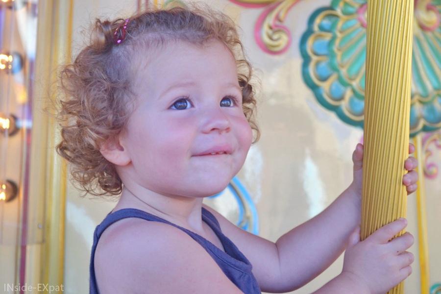 inside-expat-sourire-enfant-manège
