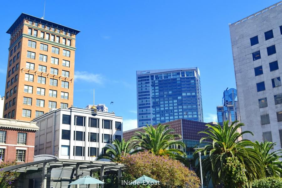 Buildings et ciel bleu