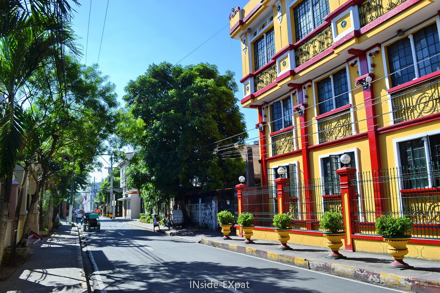 Batiment jaune et rouge dans Intramuros