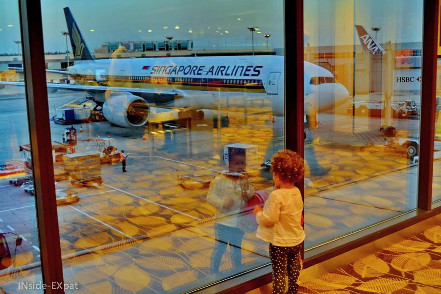Mimi regarde notre avion