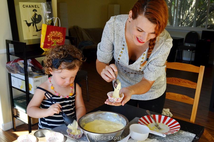 Mimi et Mummy remplissent les caissettes à muffins