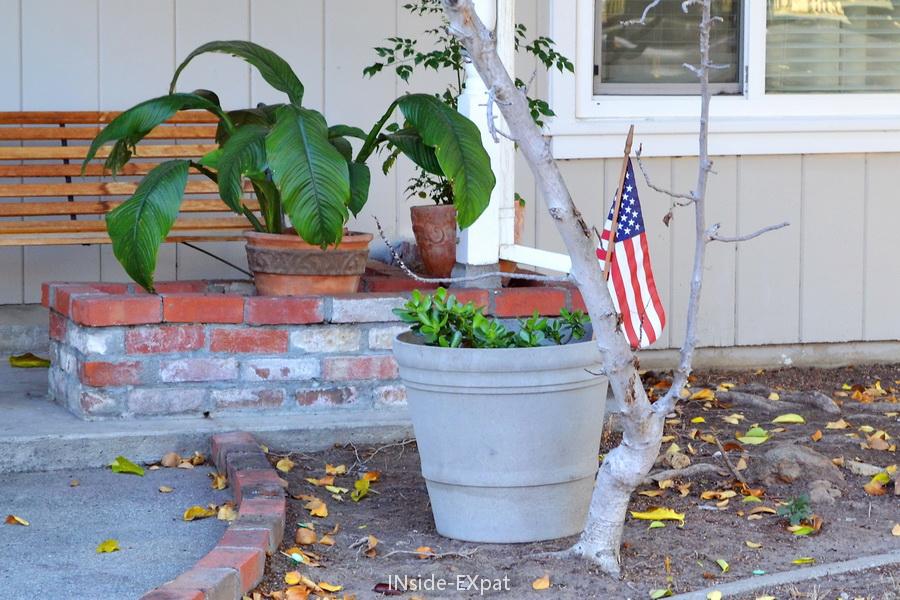 drapeau americain sur le pas d'une porte