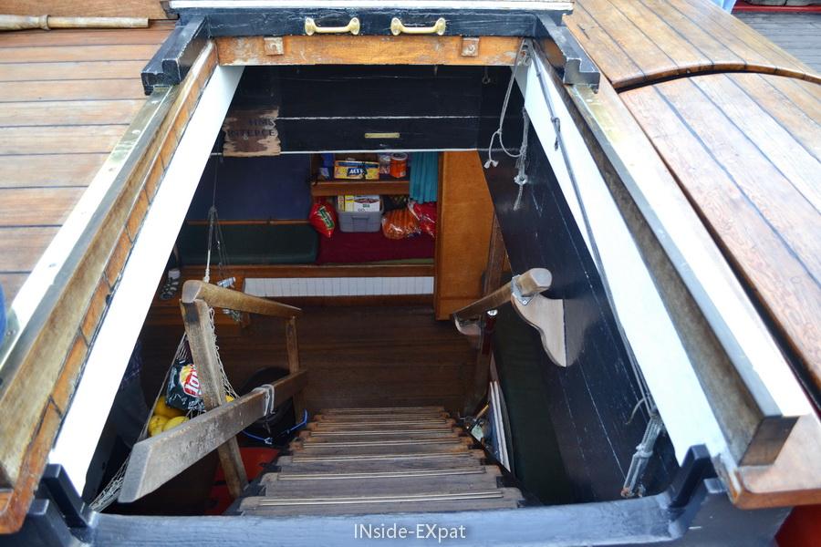 Escaliers pour descendre aux couchettes et à la cuisine