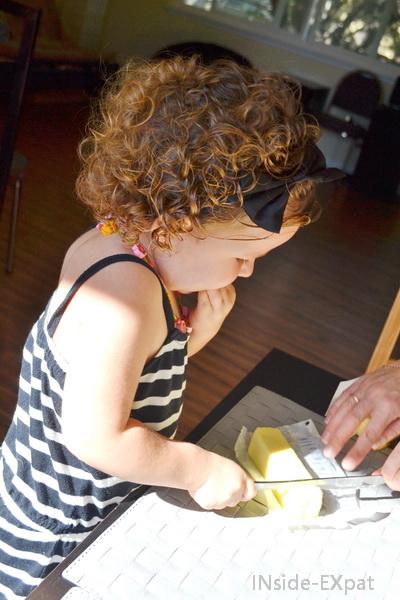 Mimi coupe elle-même son beurre