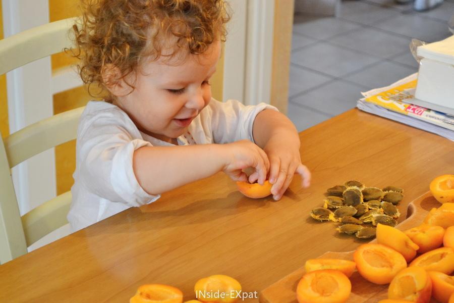 Mimi dénoyaute les abricots