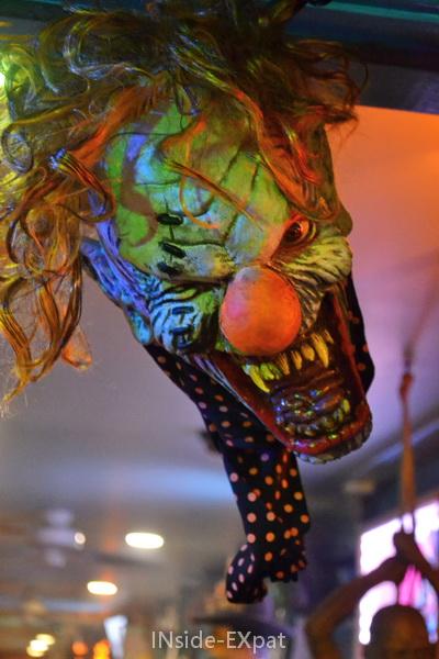 Clown effrayant à l'entrée d'un bar