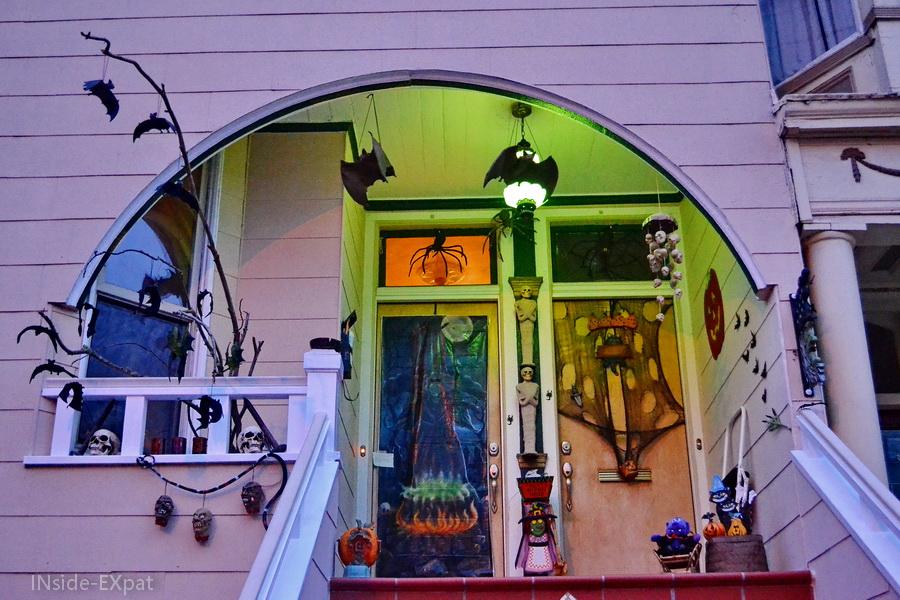 Pas de porte d'une maison victorienne à San Francisco pour Halloween