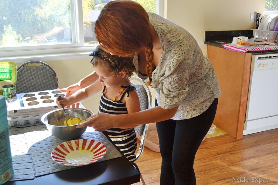 Maman tient le saladier