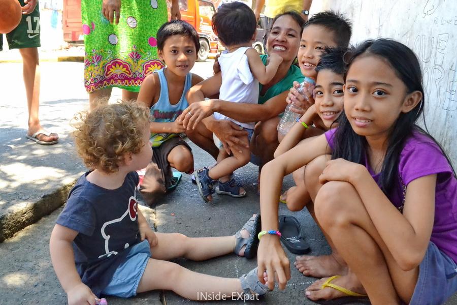 Mimi B. entourée d'enfants