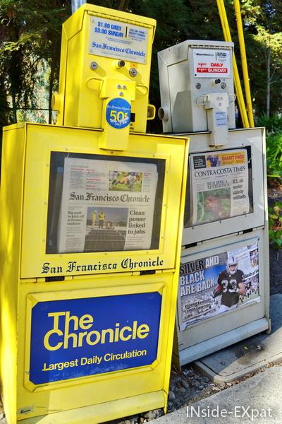 distributeurs de journaux dans la rue