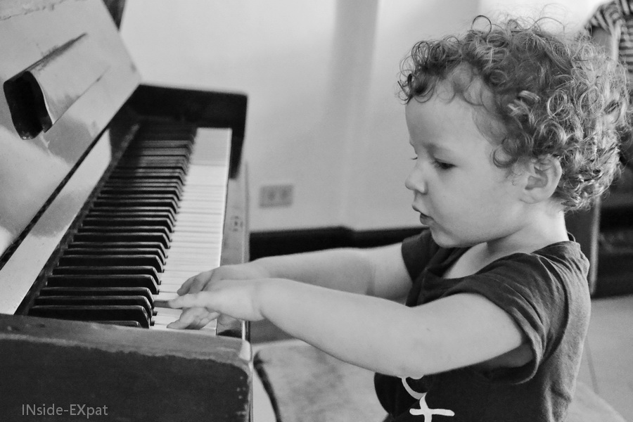 Mimi B. joue du piano