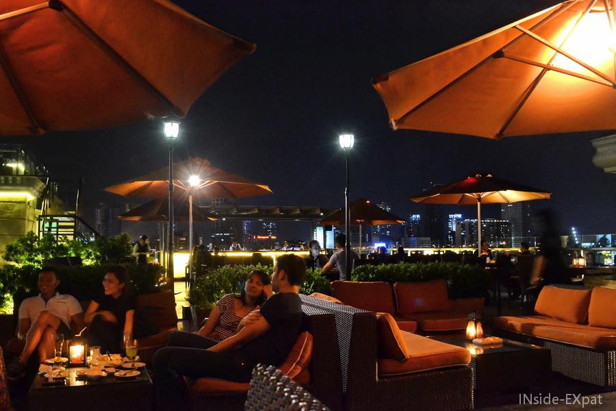 La salle du restaurant sur le toit