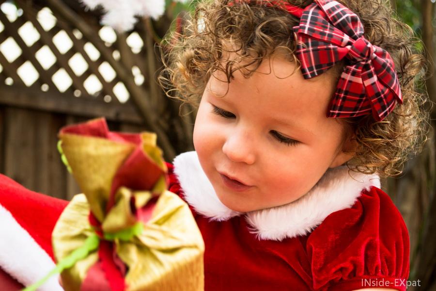 Mimi très intéressée par les cadeaux