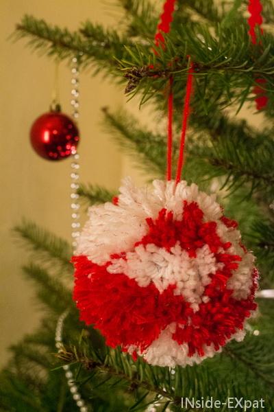 La boule-pompon de Noël accroché au sapin