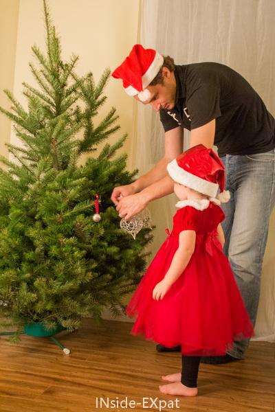 Mimi décore le sapin avec Daddy B.