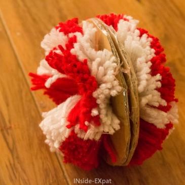 Christmas DIY avec les petits : Trois pompons bicolores pour le sapin