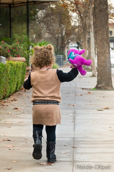 Mimi marche avec Barney
