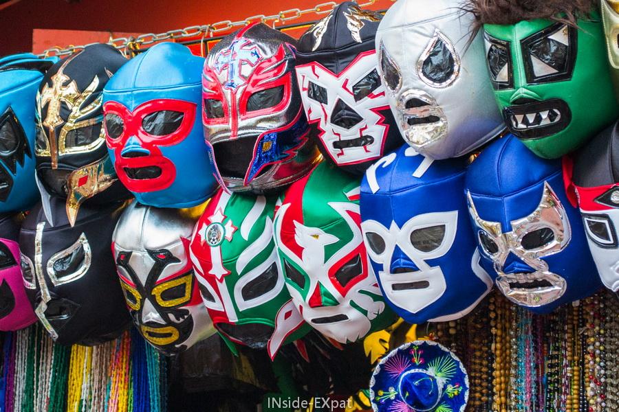 Nombreux masques de lutte suspendus
