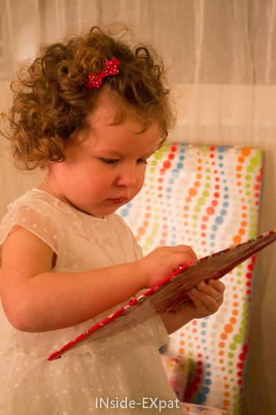 Mimi ouvre son cadeau