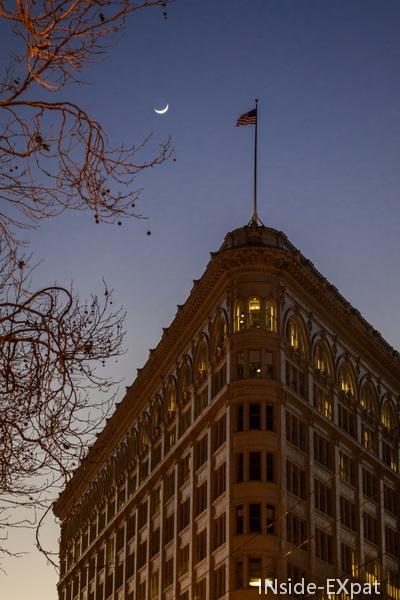 Drapeau et lune dans la nuit