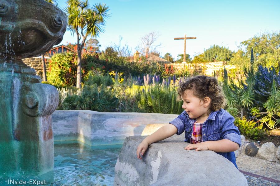Mimi lance des pièces dans la fontaine