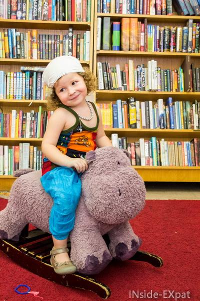 Mimi sur un hippo a bascule