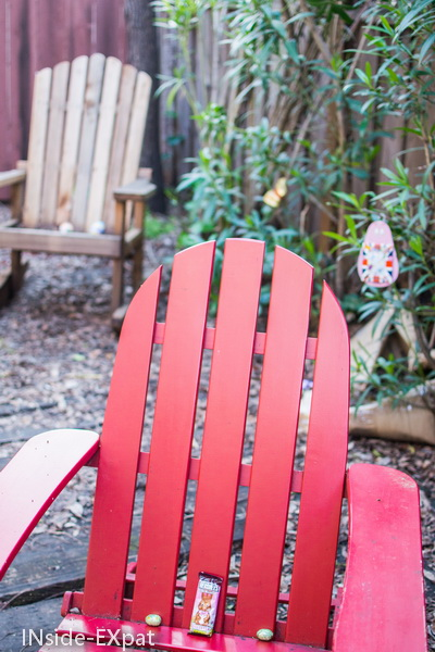 Chaises de jardin avec des oeufs de paques