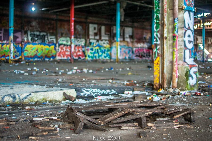 Palette abandonnée et mur tagués