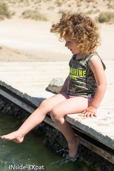 Mimi les pieds dans l'eau