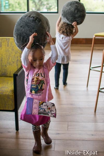 Petite N. et Mimi B. jouent avec les coussins de la salle