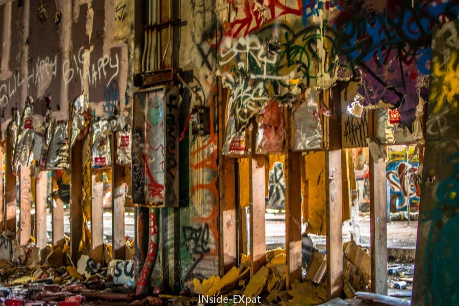 Street art et mur troué