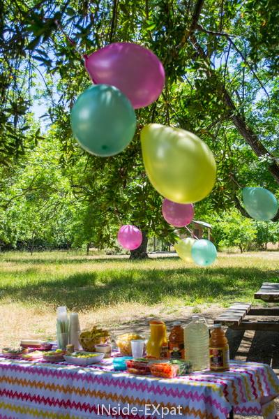 Table et ballons pour l'anniversaire