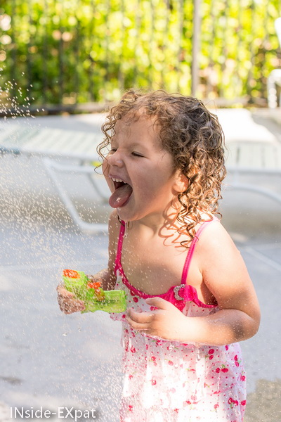 Mimi sous la douche de la piscine