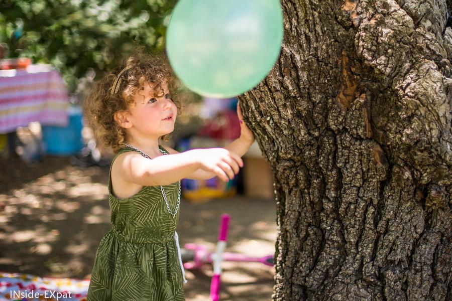 Mimi joue avec le ballon