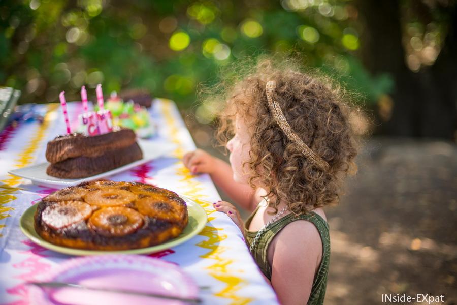 Mimi devant ses gateaux d'anniversaire