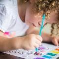 Mimi très concentrée sur sa peinture
