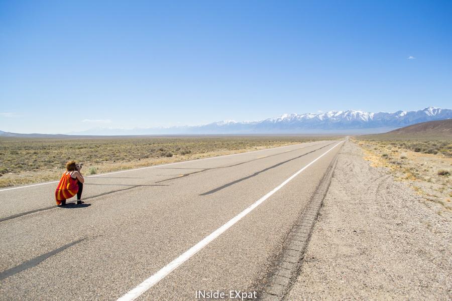 Mummy B. prend des photos au milieu de la route déserte