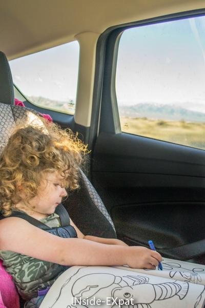 Mimi colorie en voiture