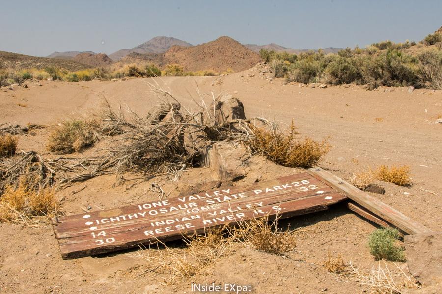 Panneau de directions au sol