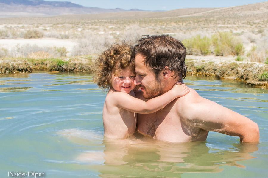 Mimi B. dans les bras de Daddy B. pour la baignade