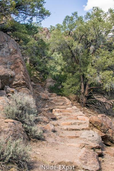 marches en pierre pour atteindre la Toquima Cave