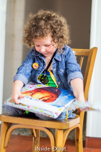 Mimi ouvre le livre du Roi Lion