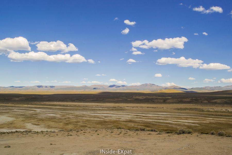 Les plaines arides autour du Diana's Punchbowl