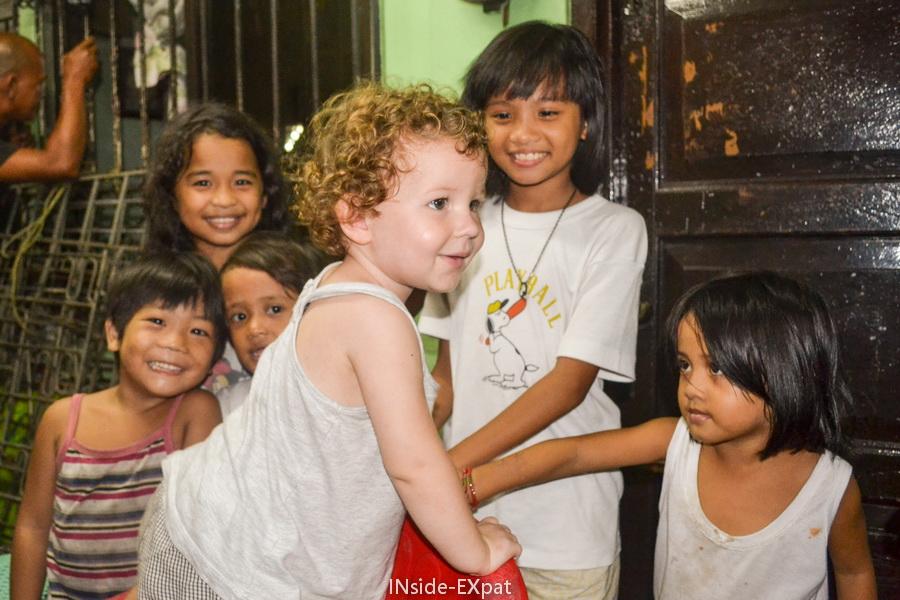 Mimi au milieu des autres enfants