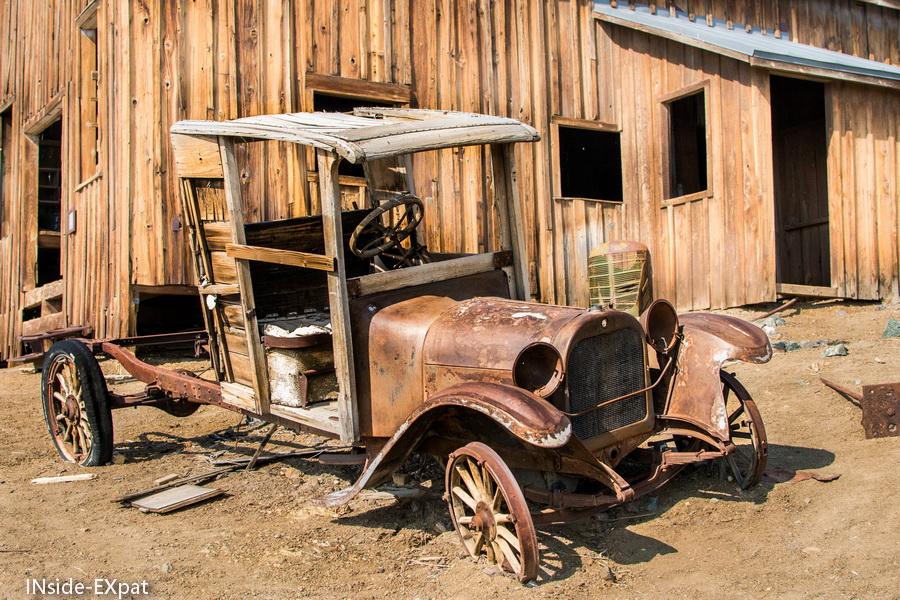 Carcasse d'un véhicule de l'époque