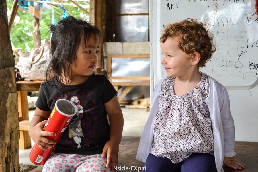 Mimi B. et une petite fille philippine